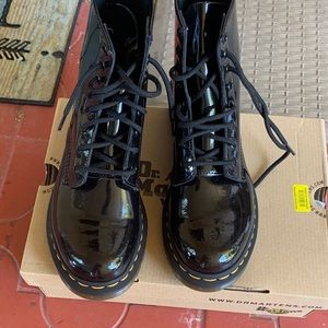 DR MARTRNS BLK PATENT LEATHER 1460 8-EYE BOOTS  9